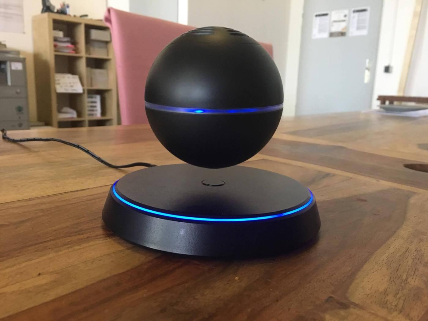 Levitating Bluetooth Speaker im Büro.