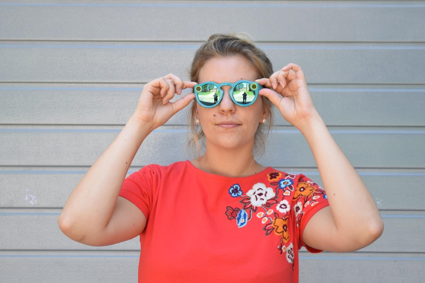 Frau trägt Snapchat Brille.